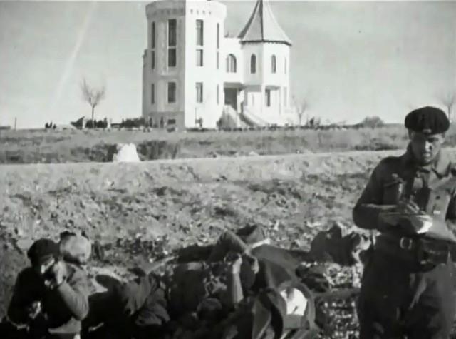 Vista de la Casa de la Radio desde la carretera. En primer término, brigadistas artilleros manejando las piezas rusas de tiro rápido.